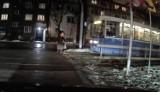 Ta kobieta otarła się o śmierć. Mogły ją przejechać aż dwa tramwaje! Zobacz film!