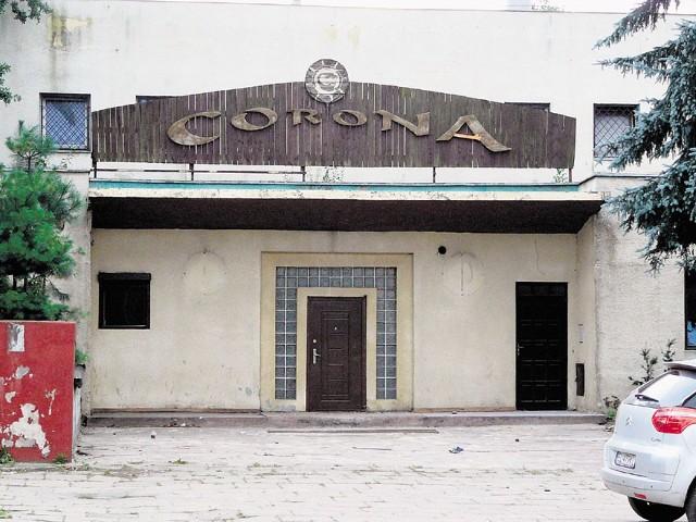 To ostatnie chwile, gdy na dawnym kinie można ujrzeć szyld pubu Corona.
