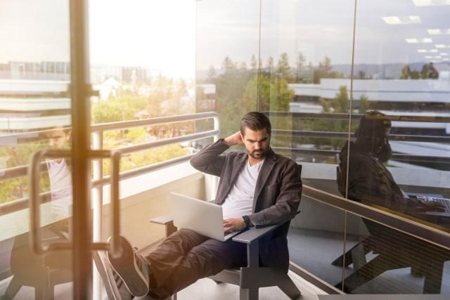 """Rekordowo niskie bezrobocie w Polsce sprawia, że firmy aby przyciągnąć do siebie kandydatów muszą zaproponować atrakcyjne warunki pracy. Oprócz wysokiego wynagrodzenia, pracownicy oczekują dodatkowych benefitów. W badaniu """"Rynek pracy pod lupą"""" firma Grant Thornton sprawdziła, jakimi argumentami pracodawcy chcą skusić kandydatów. Zobacz, co oprócz pieniędzy firmy mają do zaoferowania."""