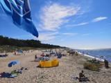 Piękna plaża w Uzdrowisku Dąbki zapełnia się letnikami ZDJĘCIA