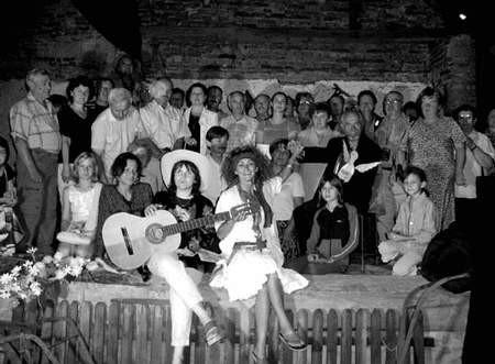 Pamiątkowe zdjęcie aktorów i widzów. Foto: KATARZYNA KULIŃSKA-PLUTA