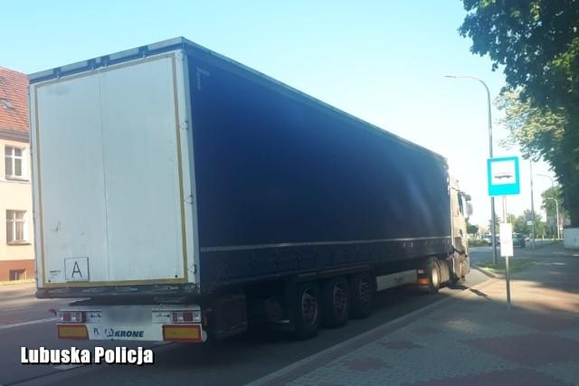 Kierowca ciężarówki nie mógł utrzymać prostego toru jazdy, co chwilę zjeżdżał na pobocze.