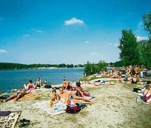 Nad jeziorem można plażować, grać w piłkę, a także wędkować