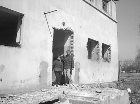 Teresa Zalewska i Andrzej Placek stoją w progu zniszczonej przychodni.