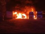 Pożar na parkingu z ciężarówkami w Pruszczu Gdańskim. Nocna akcja strażaków, straty są znaczne