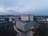 Skończyli budowę. Biurowiec Face2Face gotowy w grudniu 2020. Pierwsza firma już pracuje w 55-metrowym biurowcu