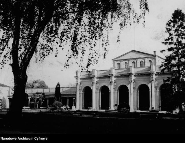W Narodowym Archiwum Cyfrowym znaleźliśmy nieznane zdjęcia Buska z lat międzywojennych. Fotografie Sanatorium Marconi, szpitala Górka i kilku innych budynków są naprawdę niezwykłe. Pokazują tez jak żyło się w naszym mieście w tamtych latach.  Na zdjęciu powyżej buskie Łazienki, dziś Sanatorium Marconi w 1943 roku. Na kolejnych slajdach zobaczcie Busko w latach 1920-1945.    [promo]1563[/promo] [promo]1565[/promo] [promo]1569[/promo] [promo]1567[/promo]