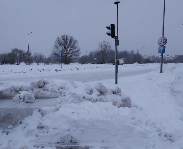 Zaspy śnieżne na chodnikach w Białymstoku blokują dostęp do przycisków dla pieszych - 04.02.2021
