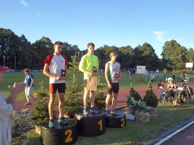 Mateusz Wróbel (w środku) pewnie wygrał bieg na 400 metrów i uzyskał minimum na mistrzostwa Europy juniorów młodszych w Tbilisi.