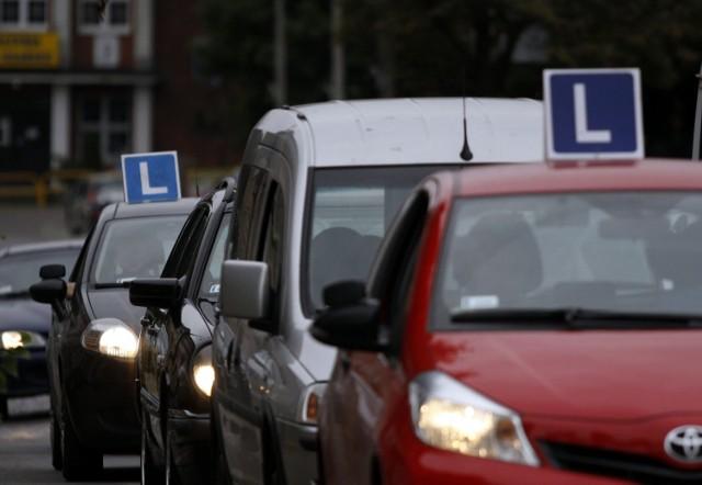 Zmiany obejmą młodych kierowców, którzy odbiorą prawo jazdy po 4 czerwca 2018 r. Dotkną także kierowców, którzy mają prawo jazdy od dłuższego czasu a także tych, którzy prawo jazdy stracili.