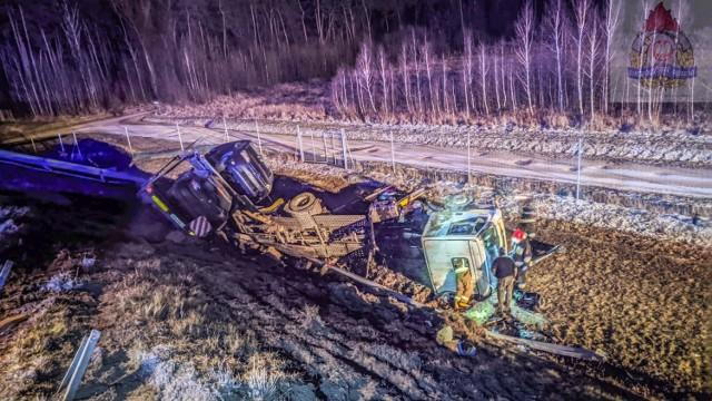 Do groźnego wypadku doszło w sobotę ( 6 lutego) na autostradzie A2 koło Skierniewic. Zderzyły się dwa samochody ciężarowe, w tym jedna laweta wioząca auta osobowe.  DALEJ >>>>  ..