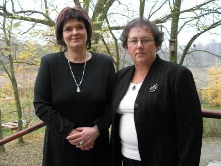Celestyna Krajewicz (z lewej) nadal będzie kierowała szkołą w Ogorzelinach. Jadwiga Rudnik z placówki w Swornegaciach przechodzi na emeryturę.