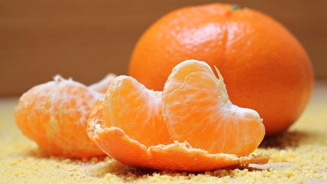 Mandarynki mają piękny, intensywny zapach i świetnie usuwają zanieczyszczenia, działają też dobroczynnie na skórę. Nie wyrzucaj skórek z mandarynek, z pewnością się przydadzą!
