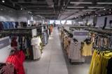 HalfPrice w Warszawie. W centrum miasta otwarto gigantyczny sklep z modą. Kupicie tam markowe ubrania po obniżkach