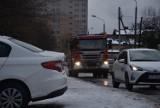 Ulica Dąbrówki w Rybniku dojazdówką do budowanego marketu Aldi. W środku osiedla ruch jak w centrum?