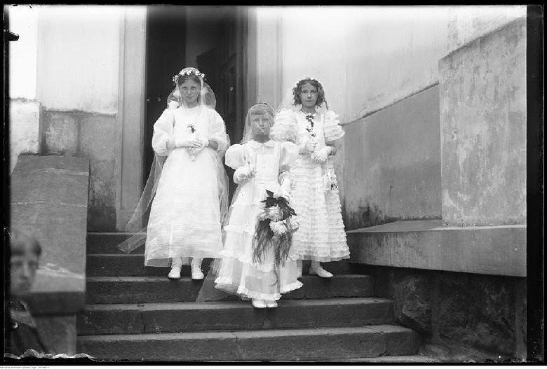 d09f60db37 MODA KOMUNIJNA kiedyś i dziś. Jak dawniej ubierano dzieci do ...