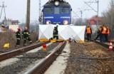 Wypadek na przejeździe kolejowym w Pobiedziskach - Samochód wjechał pod pociąg. Jedna osoba nie żyje
