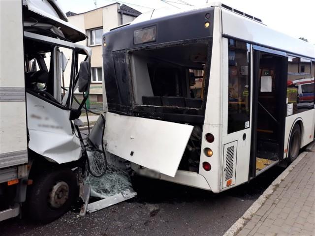 Samochód dostawczy uderzył w autobus. Sześć osób zostało rannych Zobacz kolejne zdjęcia. Przesuwaj zdjęcia w prawo - naciśnij strzałkę lub przycisk NASTĘPNE