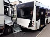 Samochód dostawczy uderzył w autobus w Wieszowie. Sześć osób zostało rannych, dwie trafiły do szpitala. DK 94 jest nieprzejezdna