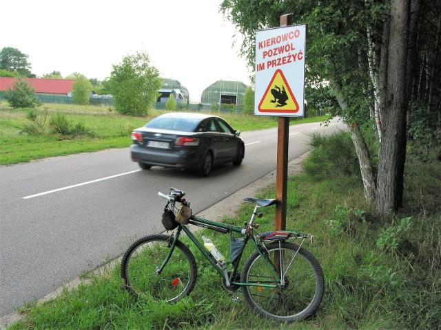 Wjazd do Krępy Słupskiej od strony Płaszewka, znak wprawdzie nieprzepisowy ale bardzo wymowny
