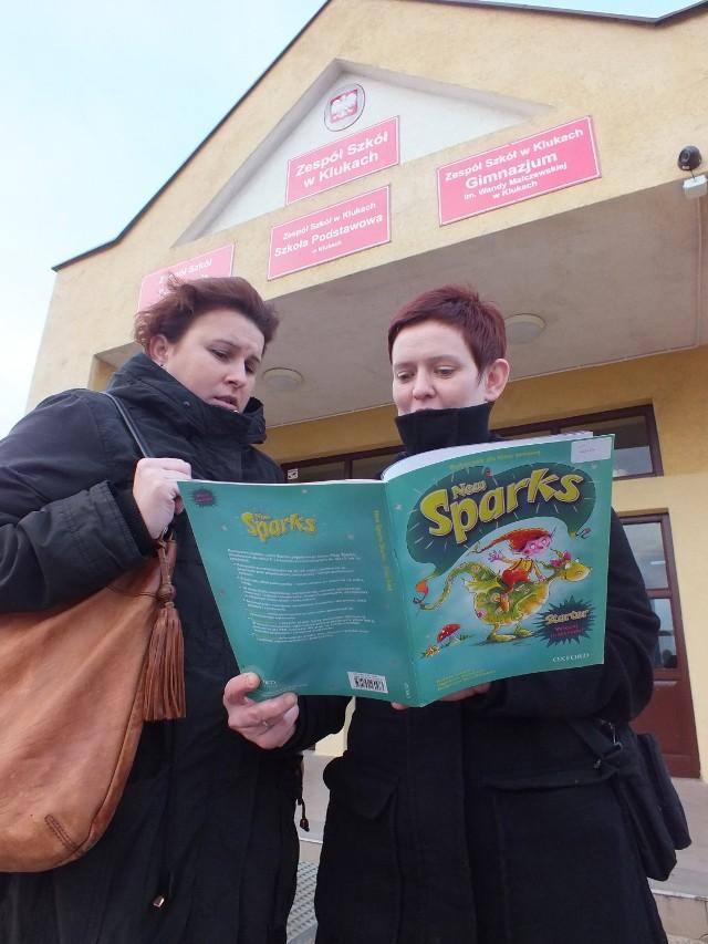 Zespół Szkół w Klukach: Izabela Wróblewska i Magdalena Brandt z trudem kupiły  podręcznik do angielskiego dla dzieci, a teraz  nie jest on używany