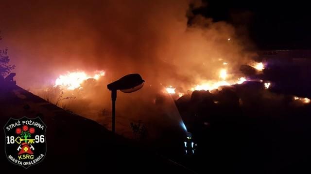Kolejny w ostatnich dniach pożar składowiska odpadów w kraju. Tym razem padło na Kuślin. Od wielu lat w samym centrum wioski, przy szkole, bibliotece i osiedlu mieszkaniowym znajduje się składowisko odpadów.  Zobacz więcej: Wielki pożar składowiska odpadów w centrum Kuślina. To kolejny taki pożar w naszym kraju! [ NOWE ZDJĘCIA Z AKCJI]
