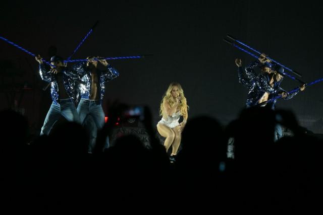 Na scenie Carey wypadła czarująco. Zachwyciła też swym głosem