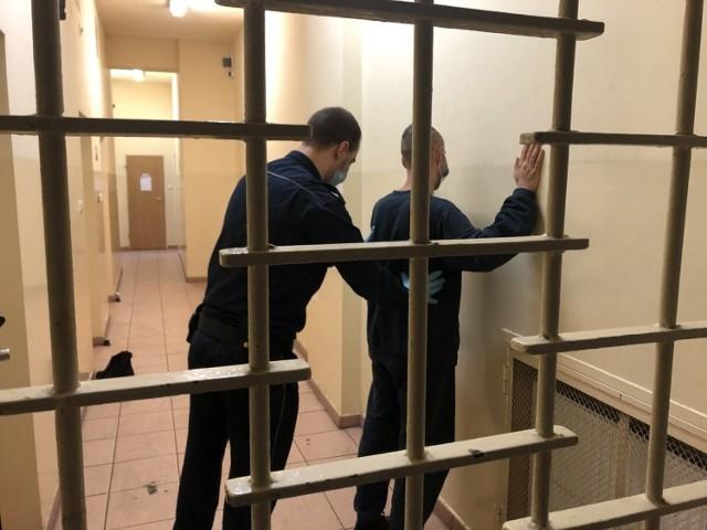 Mężczyzna trafił do aresztu na trzy miesiące. Będzie odpowiadał przed sądem za popełnione czyny.