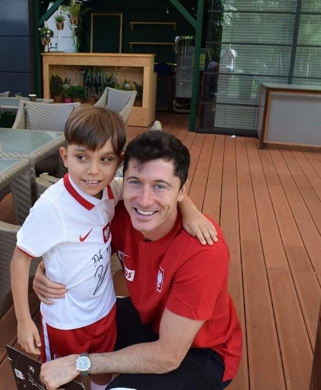9-letni Kuba z Jaworzna spotkał się ze swoim idolem Robertem Lewandowskim  Zobacz kolejne zdjęcia. Przesuń w prawo - wciśnij strzałkę lub przycisk NASTĘPNE