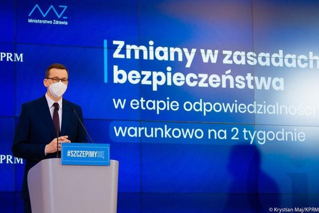 Od 1 marca w Polsce ma zostać przywrócona część obostrzeń, jakie obowiązywały do połowy lutego. Wprowadzony zostanie także zakaz zastępowania maseczek przyłbicami lub szalikami, a także zalecenie stosowania atestowanych maseczek medycznych. Takie wstępne decyzje miały zapaść podczas poniedziałkowego posiedzenia Rządowego Zespołu Kryzysowego pod przewodnictwem premiera Mateusza Morawieckiego. O nowych obostrzeniach premier ma poinformować oficjalnie w połowie tygodnia. Część nowych obostrzeń weszła w życie już we wtorek. Wprowadzające je rozporządzenie opublikowane zostało w poniedziałek wieczorem.  - Nie można lekceważyć tego, co dzieje się u naszych sąsiadów. Nie można zamykać oczu. Będziemy musieli podjąć jakieś decyzje w tej sprawie – tak jeszcze w poniedziałek rano o planach przywracania obostrzeń mówił na antenie radia Zet minister Michał Dworczyk, szef kancelarii premiera. - Mam nadzieję, że nie będą potrzebne jakieś restrykcyjne zmiany, ale z jakimiś zmianami w przepisach należy się liczyć - dodał.  Co zmienia się od wtorku 23 lutego, a co ma się zmienić od poniedziałku, 1 marca? Co będzie zabronione? Wstępne, nieoficjalne plany rządu przedstawiamy na kolejnych slajdach. Sprawdź, posługując się klawiszami strzałek, myszką lub gestami.