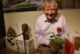 Augustyn Dyrda: Artysta do wynajęcia. Wystawa w Miejskiej Galerii Sztuki Obok w Tychach na 95. urodziny. Zobaczcie zdjęcia