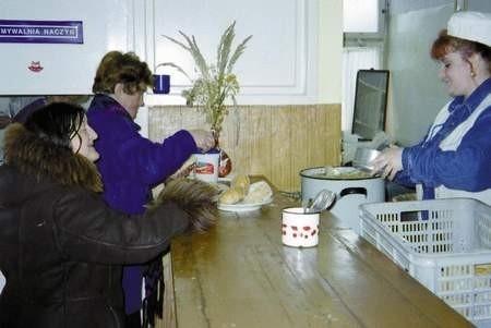 Zima to dla bezrobotnych najcięższy okres. W jadłodajni prowadzonej przez fundację Adullam dostają ciepły obiad.  /  VIOLETTA GRADEK