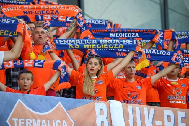 Prowadzenie klubu na centralnym poziomie nie jest problemem dla dużego miasta. Na poziomie minimum 3 ligi są jednak drużyny, które nie potrzebują ogromnych aglomeracji, by osiągnąć sportowy sukces. Często trybuny na ich stadionach przekraczają liczbę mieszkańców miejscowości! Każdy z zespołów ma swoją historię i unikalny styl. Zobaczcie 11 najmniejszych miejscowości w Polsce, które mają klub przynajmniej w 3 lidze.