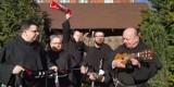 Szaliki i śpiew-franciszkanie radowali się zmartwychwstaniem Chrystusa [ZDJĘCIA, WIDEO]