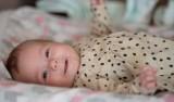 Brakuje 5 milionów złotych na terapię genową dla maleńkiej Ingi z Przęsocina. Nie ma nawet roku, a walczy ze śmiertelną chorobą.
