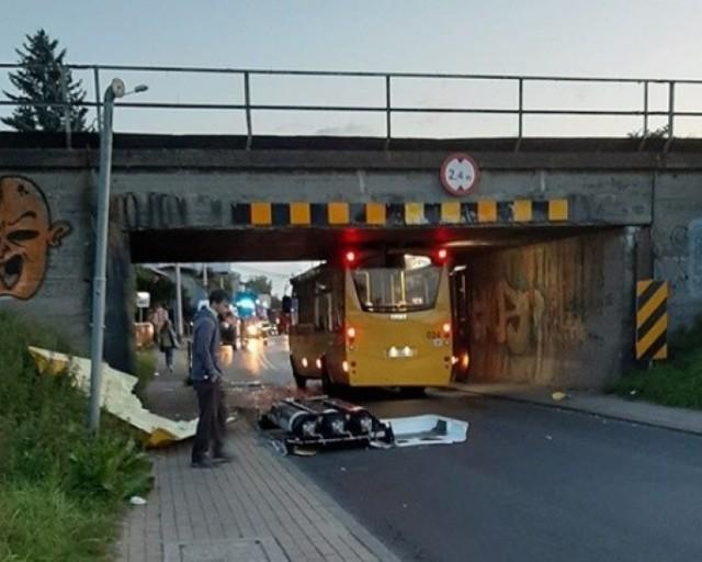 Autobus linii 131 uderzył w wiadukt w Tychach