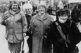 Jak świętowano Dzień Kobiet w czasach PRL w Łodzi? Kwiatek dla Ewy, uroczyste akademie, a czasem rajstopy wręczane przy krośnie..