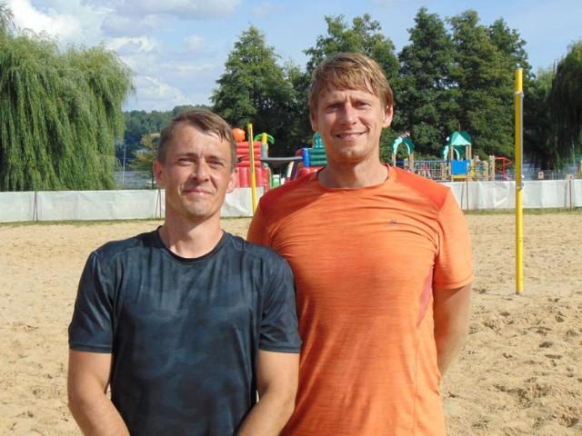 Zwycięscy turnieju siatkówki Paweł Lisiecki i Kuba Dorna,