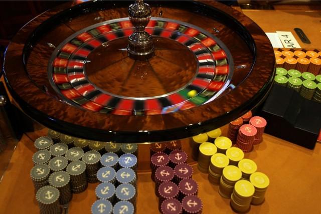 Adres: Al. Jerozolimskie 65/79 (Hotel Marriott)  Zlokalizowane w 5-gwiazdkowym Hotelu Marriott w centrum miasta. Zarządzane przez Casinos Poland. Kasyno oferuje maszyny slotowe oraz gry stołowe, jak Amerykańska Ruletka i blackjack, oraz poker, Casinos Poland Poker, Mini Poker oraz Poker Plus.   Zobaczcie też: Pierwsze kino VR w Polsce. Widz staje się aktorem i reżyserem [ZDJĘCIA, WIDEO]
