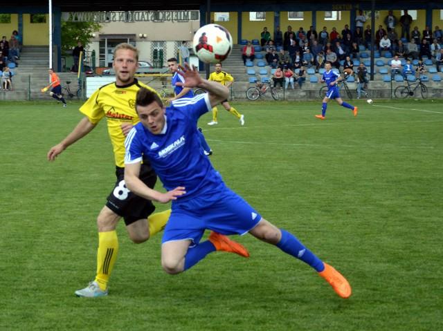 Wojciech Stuglik (w niebieskiej koszulce) w poprzednim sezonie terminował w czwartoligowej Sosnowiance.