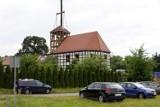 Sieraków. Trwa odbudowa dawnego kościoła ewangelickiego. Dzisiaj zamontowano 20-metrową wieżę