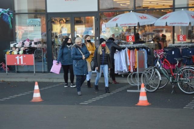 Mikołajkowa niedziela handlowa w Zduńskiej Woli - 6 grudnia 2020. Wielu mieszkańców chętnie skorzystało z możliwości zrobienia zakupów w dodatkowy dzień handlowy