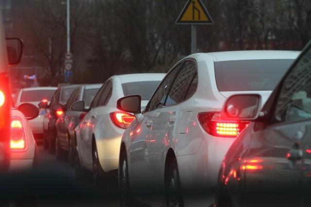 Ministerstwo Infrastruktury zamierza dokonać zmian w kodeksie drogowym, które wprowadzą obowiązek jazdy na suwak i mandaty za niestosowanie się do niego.