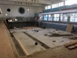 Przebudowa basenu w ZSE w Gdańsku. Zakończono prace rozbiórkowe na pływalni Zespołu Szkół Energetycznych przy ul. Reja [zdjęcia]
