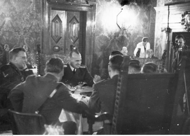 Hans Frank w Krakowie  Objęcie przez Hansa Franka urzędu gubernatora Generalnego Gubernatorstwa - przyjęcie na Wawelu. Przy stole widoczni: gubernator Hans Frank (drugi z lewej) i jego zastępca Arthur Seyss-Inquart (pierwszy z lewej).