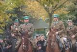 Żołnierskie popisy przed pomnikiem Marszałka Józefa Piłsudskiego w Sieradz - ZDJĘCIA