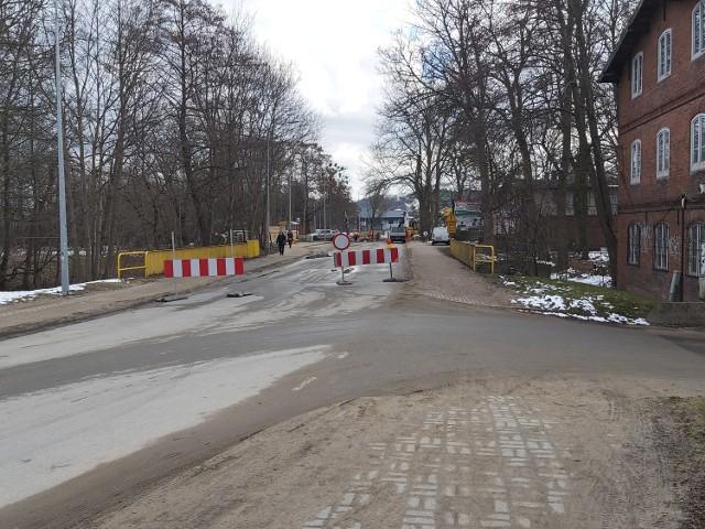 Dla samochodów o wadze do 3,5 tony wyznaczono objazd ulicami Obwodową i Kazimierską. Cięższe pojazdy, o wadze powyżej 3,5 tony zostaną skierowane objazdem przez miejscowość Krokowa, można kierować się także na Kosakowo.