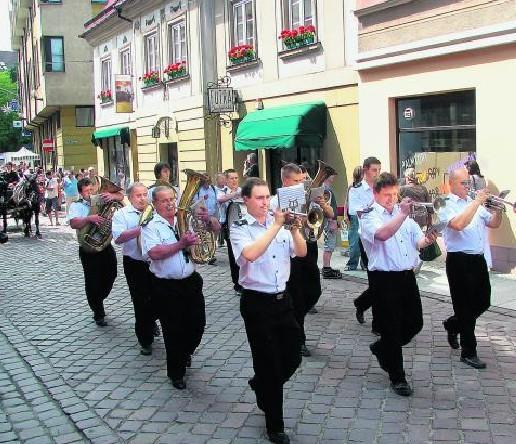 Święto ulicy 11 Listopada jest jedną z kilku zaledwie  kulturalnych  imprez, które zyskały znaczące wsparcie.