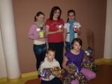 Dzieci z Pogotowia Opiekuńczego dekorują salę na Wigilię