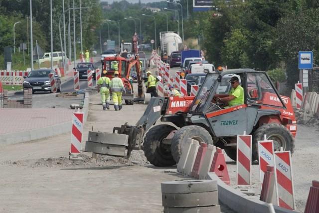 Przebudowa Poznańskiej w Koziegłowach miała potrwać do końca grudnia. Jednak wszystko wskazuje na to, że zakończy się już w sierpniu. W tej miejscowości prowadzona jest również przebudowa Gdyńskiej. Ta inwestycja także ma zakończyć się w tym roku